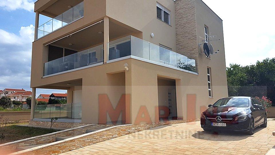 PRIVLAKA luksuzni dvosobni apartman - parking + vrt