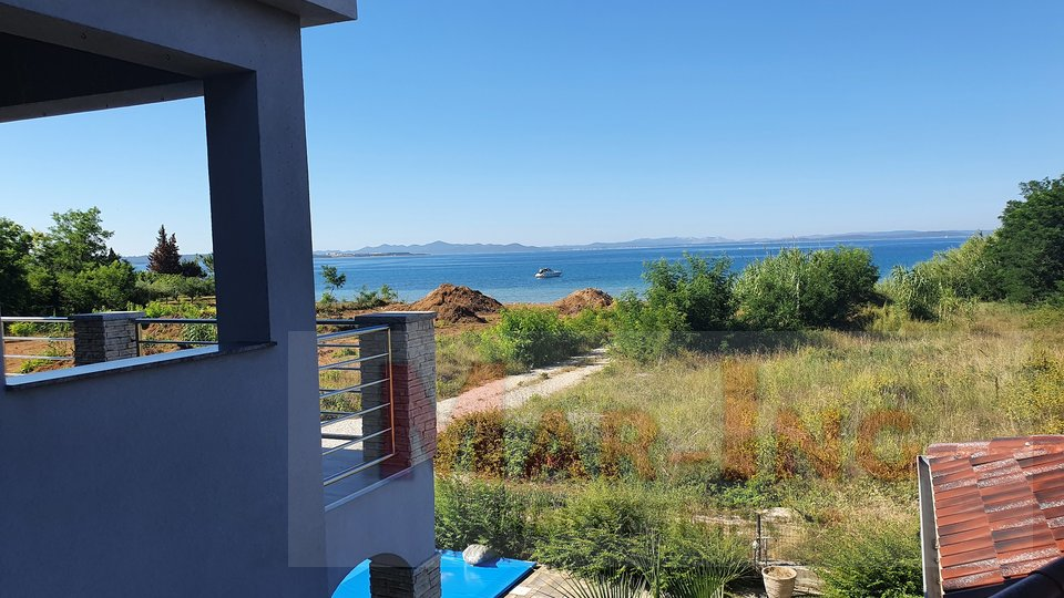 PRIVLAKA - kuća sa bazenom - 4 apartmana - 80 m do mora