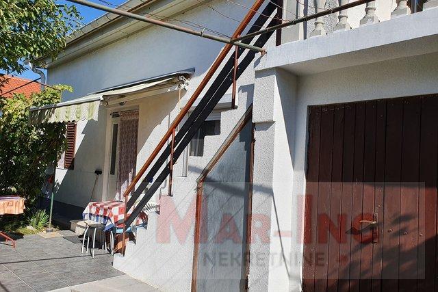 VRSI ZUKVE vikendica sa dva manja dvosobna stana + garaža
